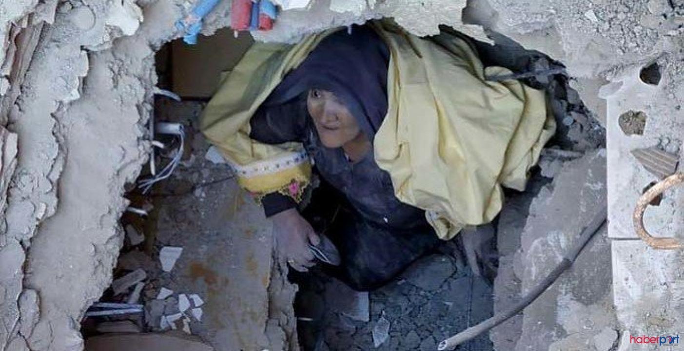 Depremden 20 saat sonra mucize kurtuluş! 65 yaşındaki Ayşe teyze böyle çıkarıldı