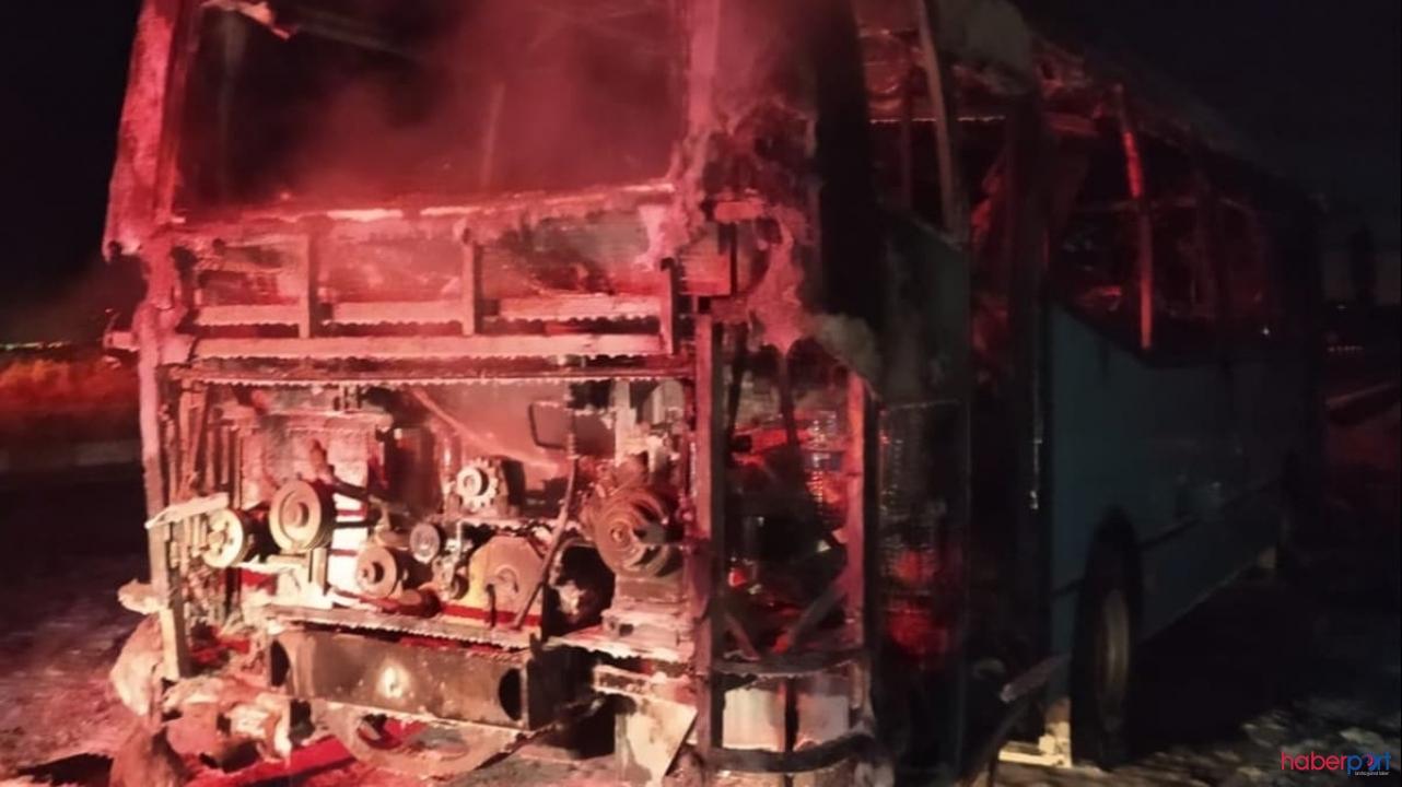İzmir'de seyir halindeki otobüs alev alev yandı