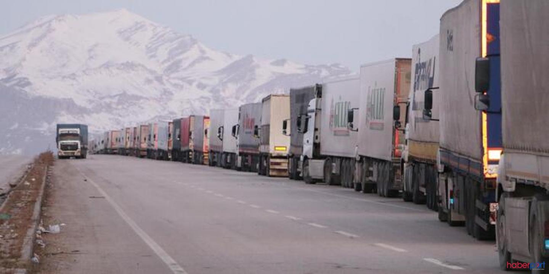 Kapatılan Gürbulak Sınır Kapısı'nda TIR'lar kilometrelerce kuyruk oluşturdu