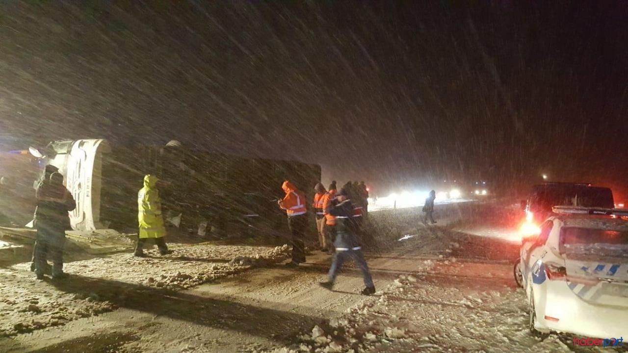 Nevşehir'de yoğun kar kazaya neden oldu! Yolcu otobüsü kontrolden çıkarak devrildi