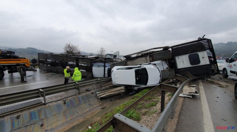 Otomobil yüklü TIR, virajı alamayınca yola devrildi