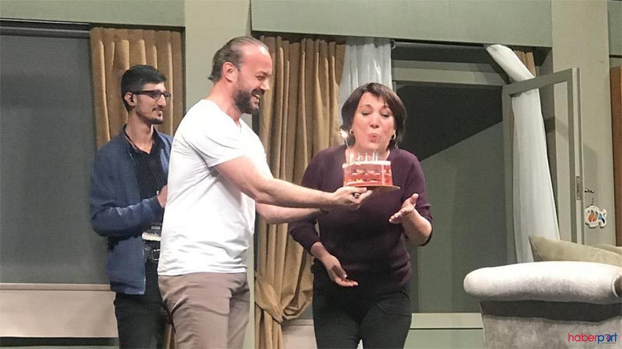 Oya Başar'a sahnede süpriz kutlama