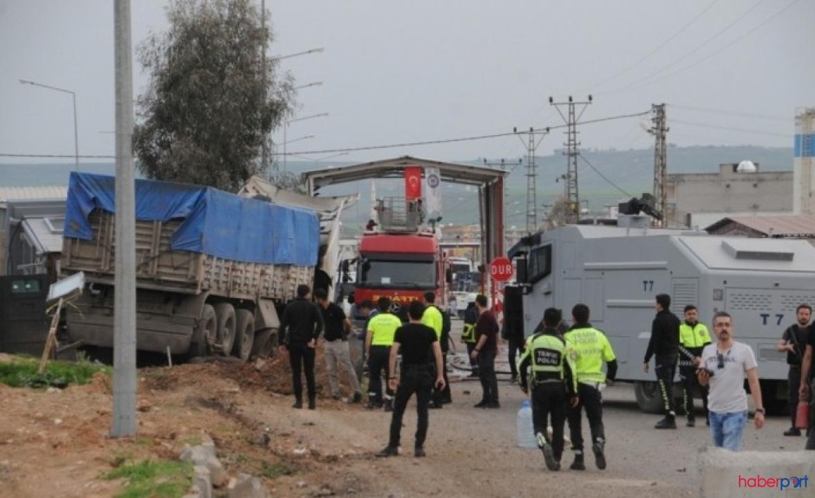 Kontrolden çıkan TIR polis noktasına daldı, 2 yaralı