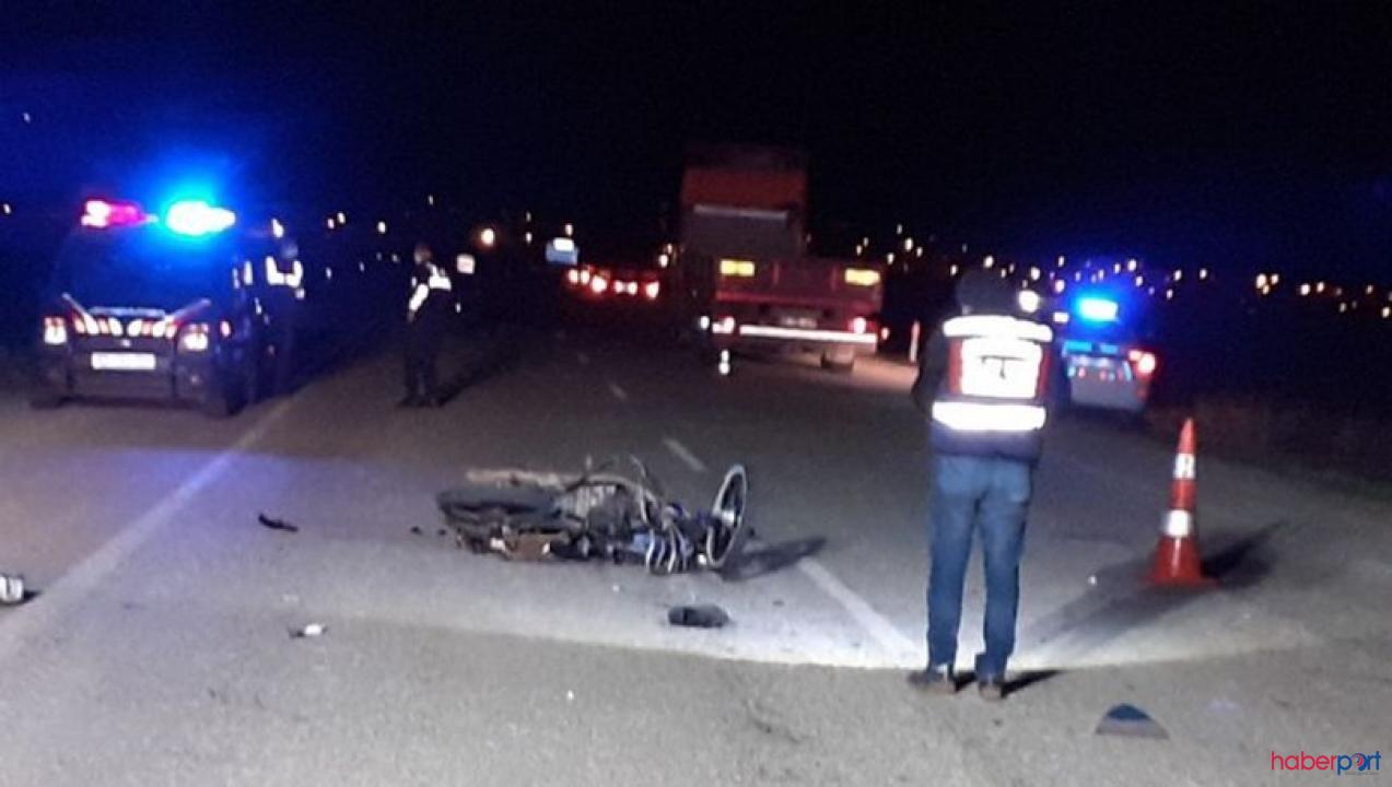 Çorum'da feci kaza! Otomobil çarpan motorsikletteki 3 kişi yaşamını yitirdi