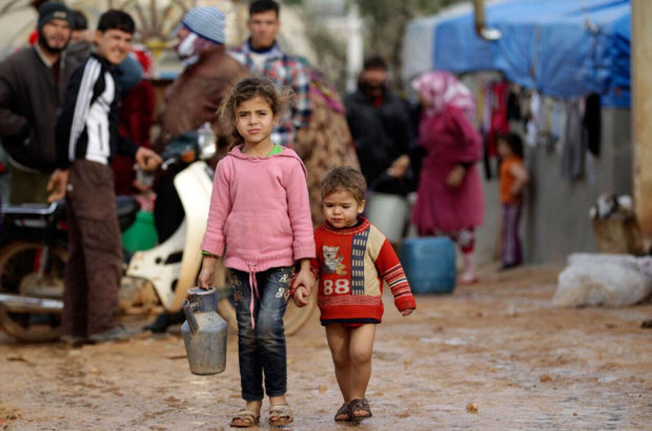 Temel ihtiyaçlarını bile karşılayamayan Suriye mülteci kampındaki çocuklar ölüm korkusu ile yaşıyor!
