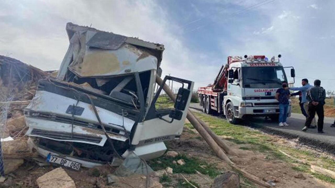 Afyonkarahisar virajı alamayan kum yüklü kamyon devrildi! Sürücü hayatını kaybetti