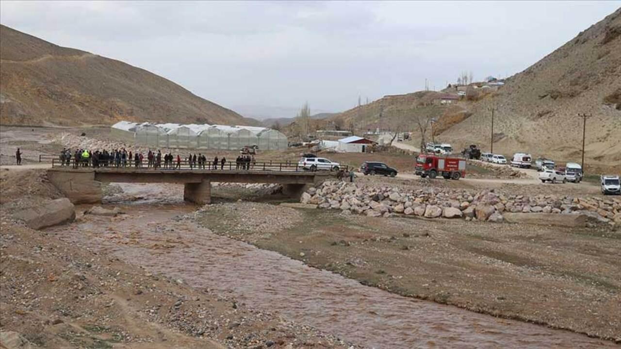 Murat Nehri'ne düşen 5 yaşındaki İpek kayboldu