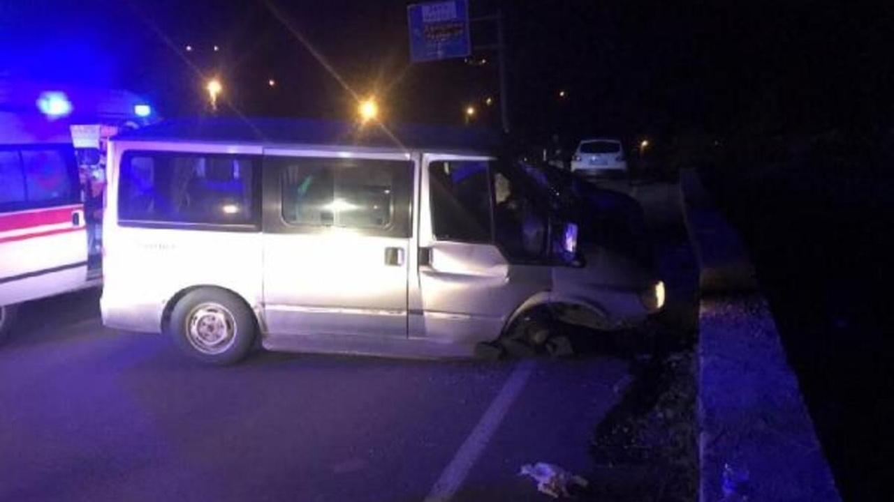 Sivas'ta frenleri boşalan minibüs istinat duvarına çarptı: 4 yaralı