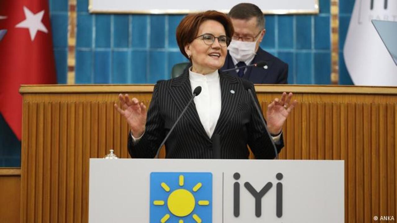 İYİ Parti Genel Başkanının korumaları gazetecinin gözlüğünü düşürdü! Akşener özür diledi!