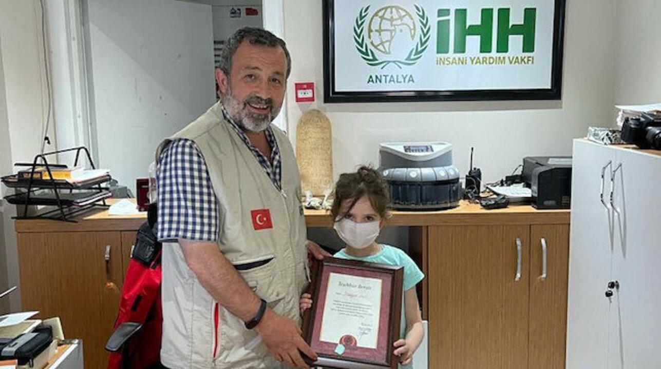 7 yaşındaki çocuk biriktirdiği harçlıklarını İnsani Yardım Vakfına bağışladı