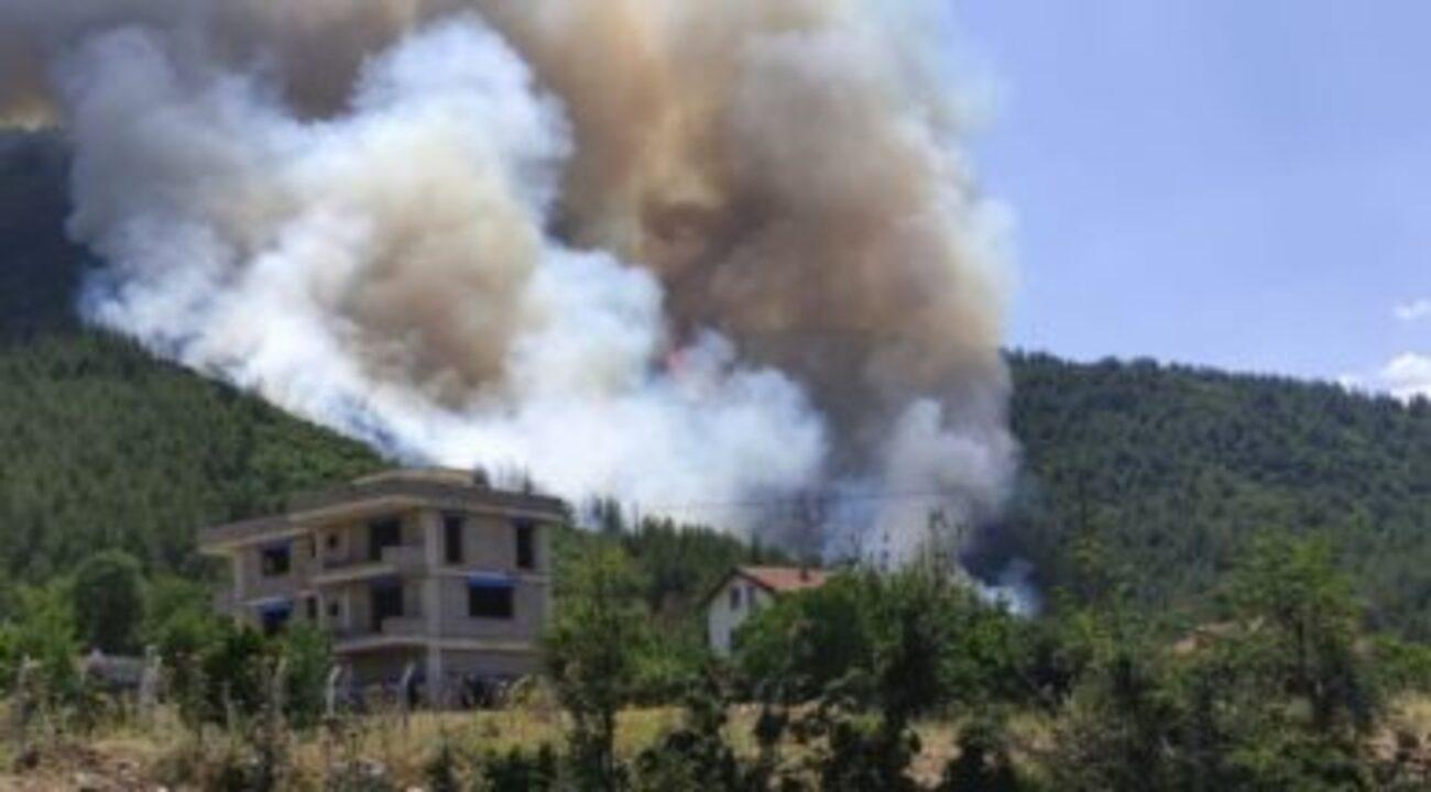 Alevlerin geldiğini gören vatandaş, yangına doğru ezan okudu