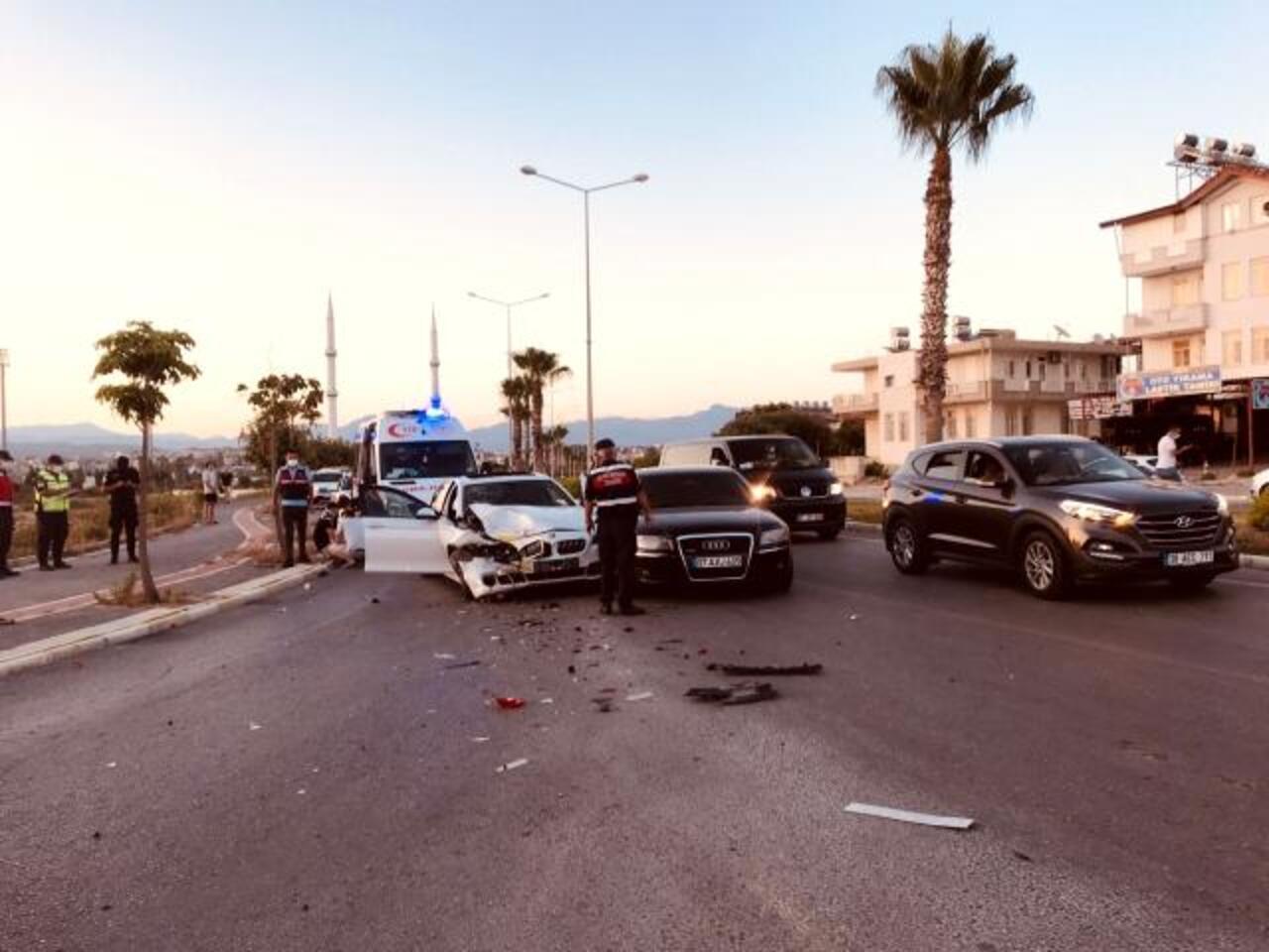 Antalya'da kırmız ışıkta zincirleme kaza: 5 yaralı