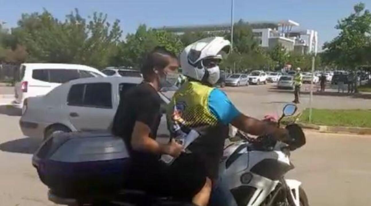 Antalya'da tekeri patlayan öğrenciyi sınava polisler yetiştirdi