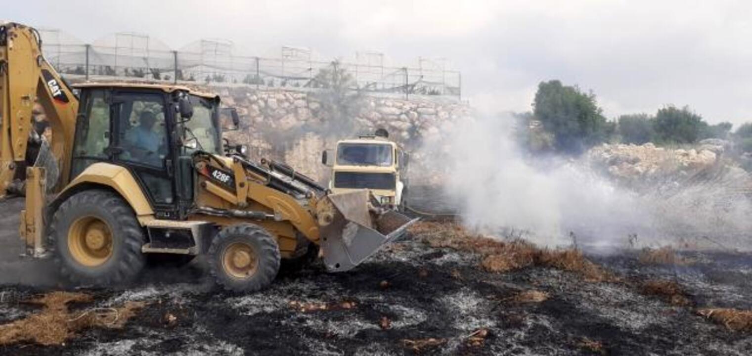 Belediye işçileri yangını iş makineleriyle söndürdü