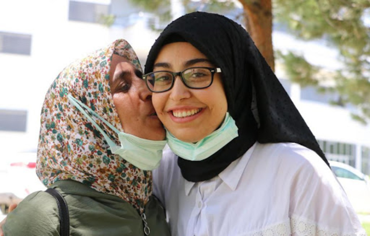 Böbreğini verdiği kızını sınavda da yalnız bırakmadı