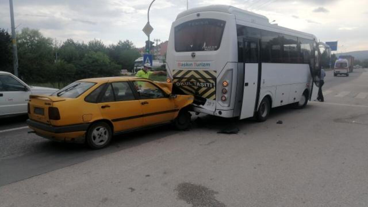 Bolu'da kırmızı ışıkta bekleyen minibüse otomobil çarptı