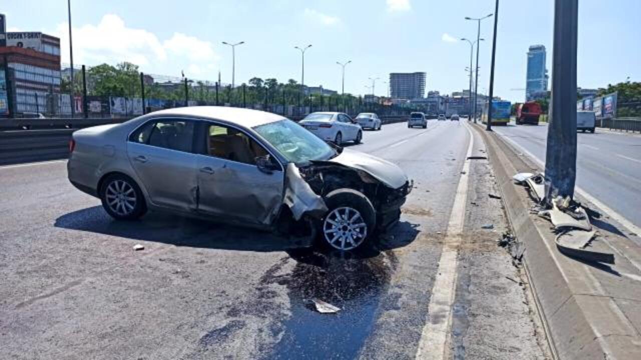 Boş yolda aydınlatma direğine çarpan sürücü yaralandı