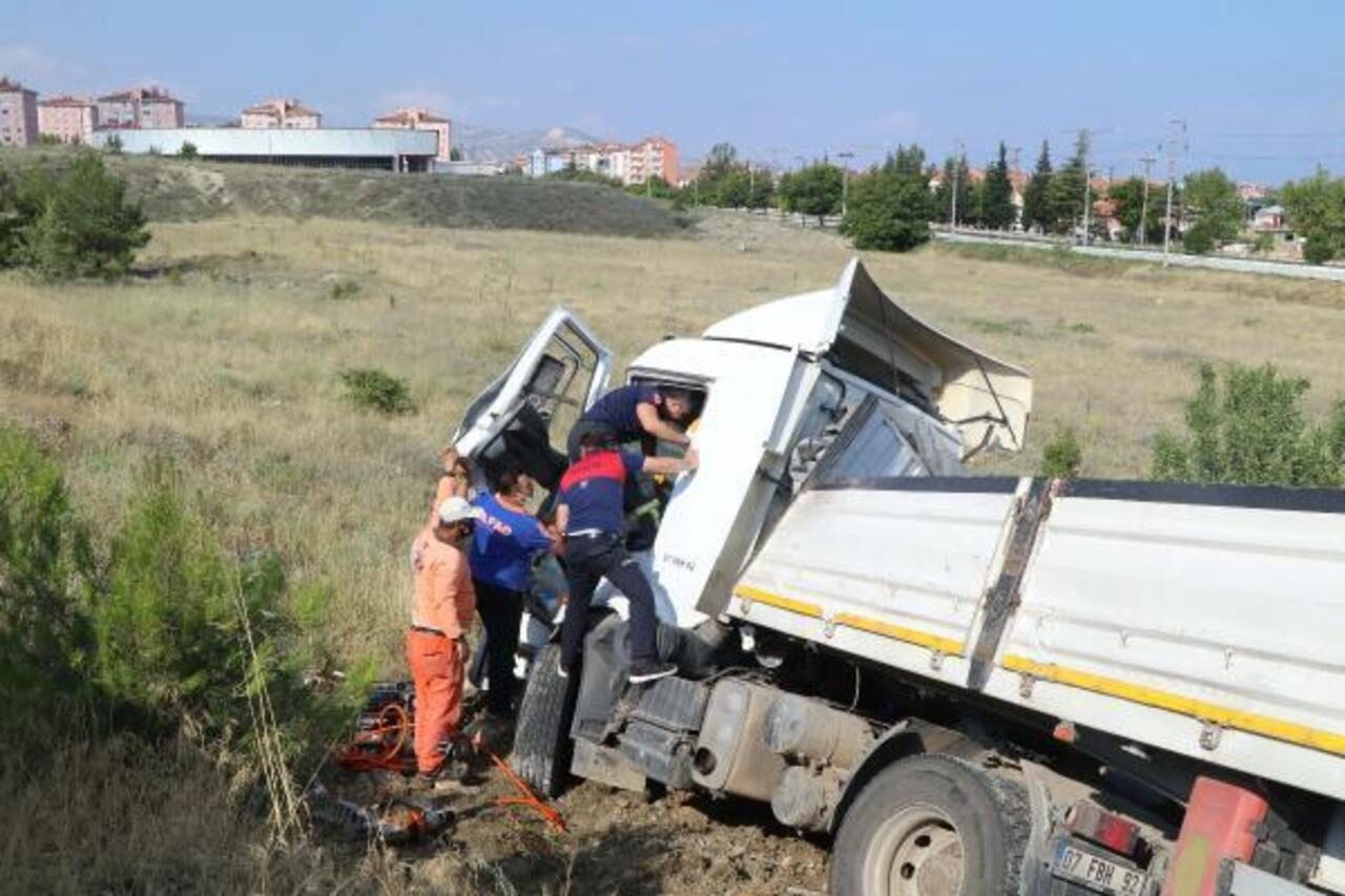 Burdur'da iki TIR çarpıştı: TIR sürücüsü kabinde sıkıştı