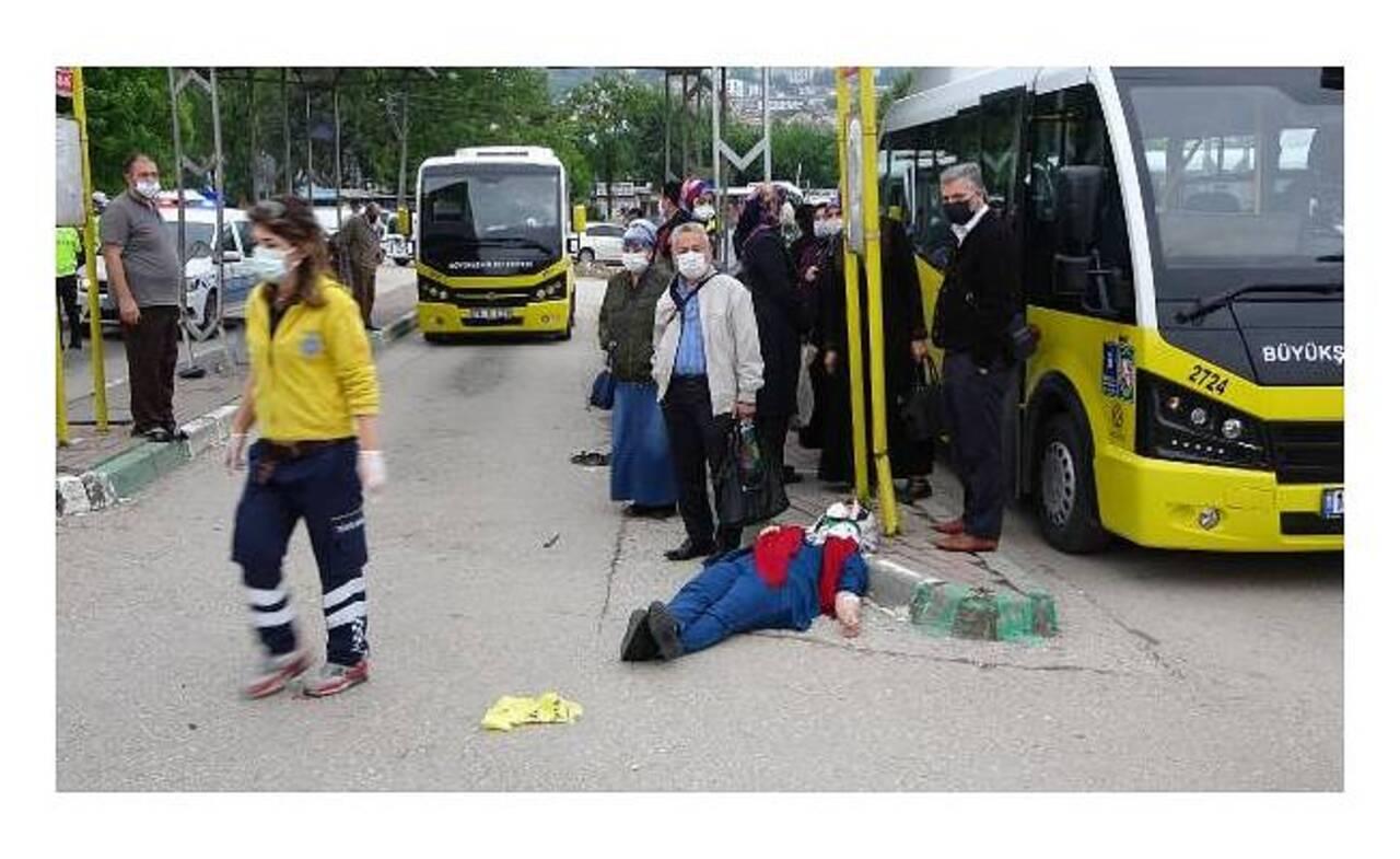 Bursa'da trafik kazası! Otomobil durağa daldı