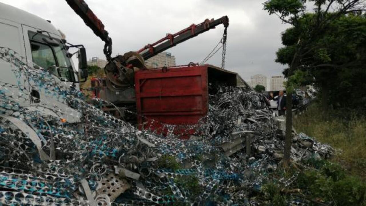 İstanbul Avcılar'da demir yüklü kamyon devrildi: 1 yaralı!