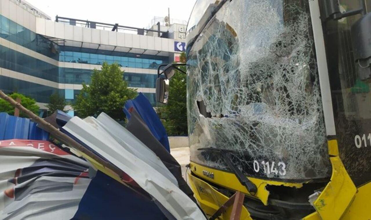 İstanbul'da freni boşalan İETT otobüsü metro istasyonu inşaatına çarparak durdu
