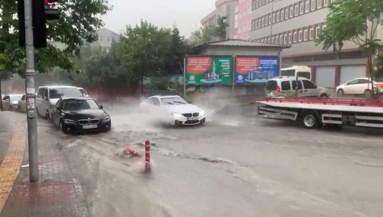 İstanbul'da kuvvetli yağmurun ardından tramvay seferleri durduruldu