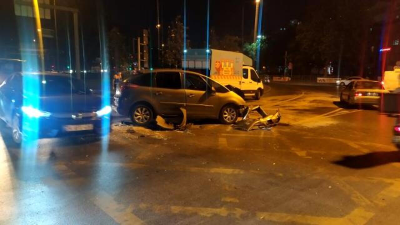 Kağıthane'de ticari taksi ve otomobil çarpıştı