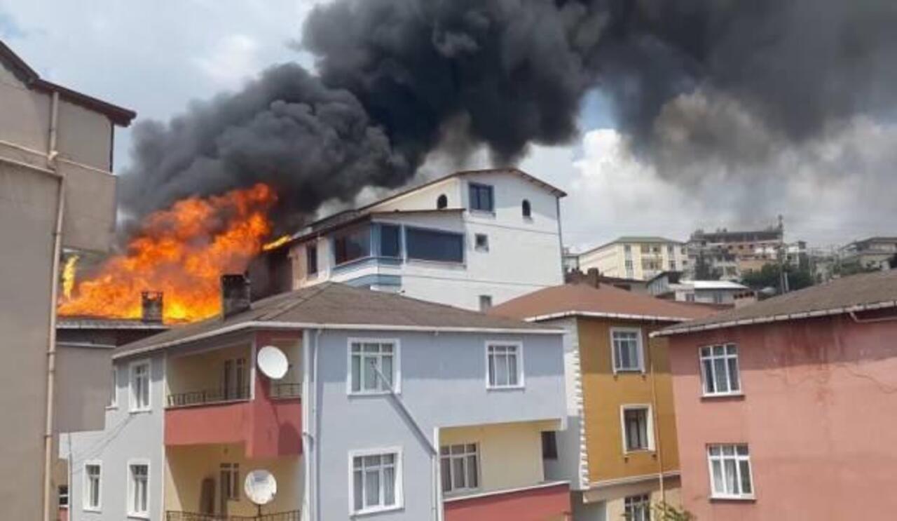 Kocaeli'nde bir binanın çatı katında çıkan yangın 3 binaya sıçradı