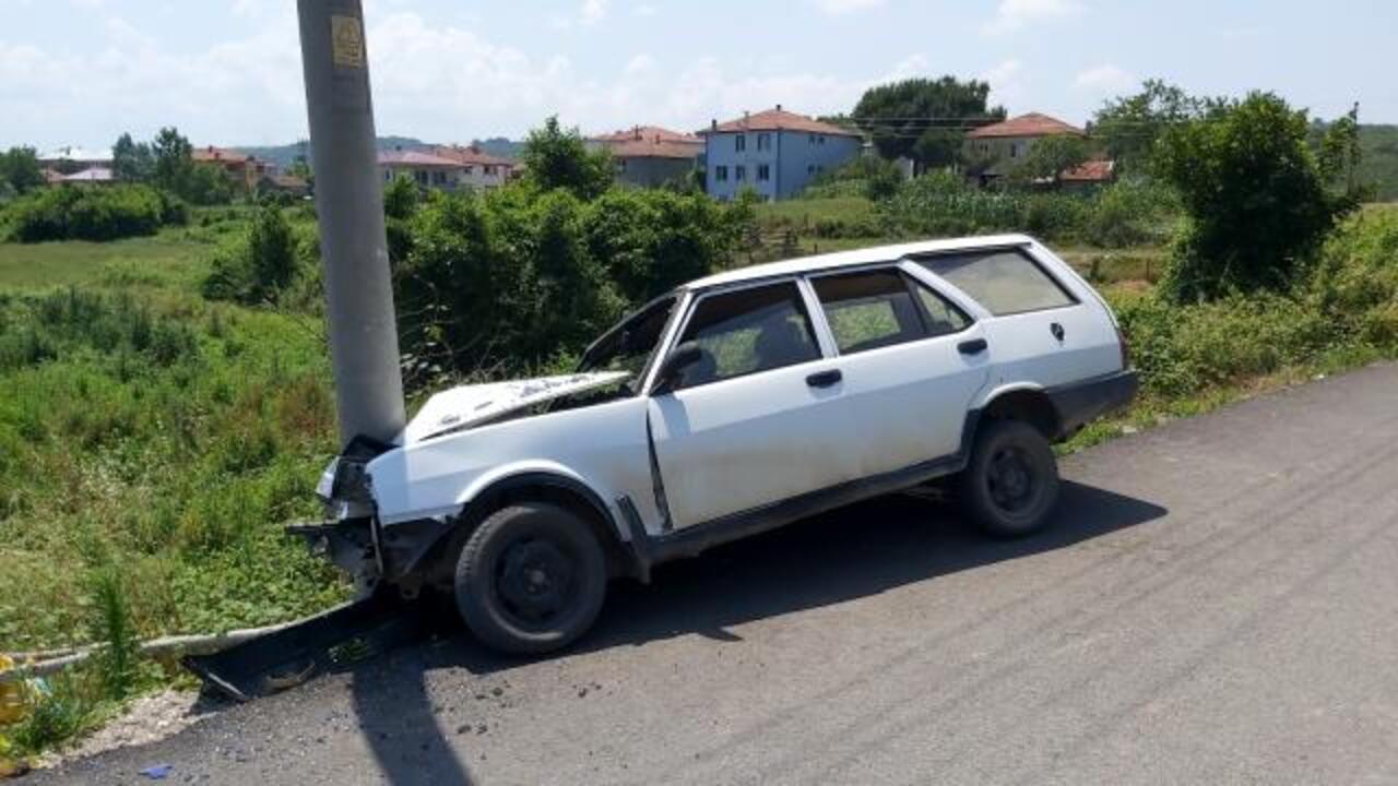 Kontrolden çıkan otomobilin direğe çarpmasıyla beraber 3 kişi yaralandı