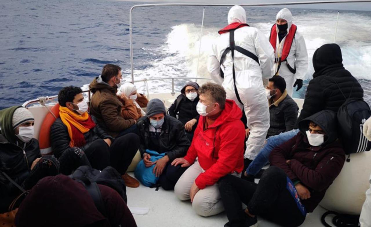 Marmaris açıklarında lastik botta görülen 10 düzensiz göçmen kurtarıldı