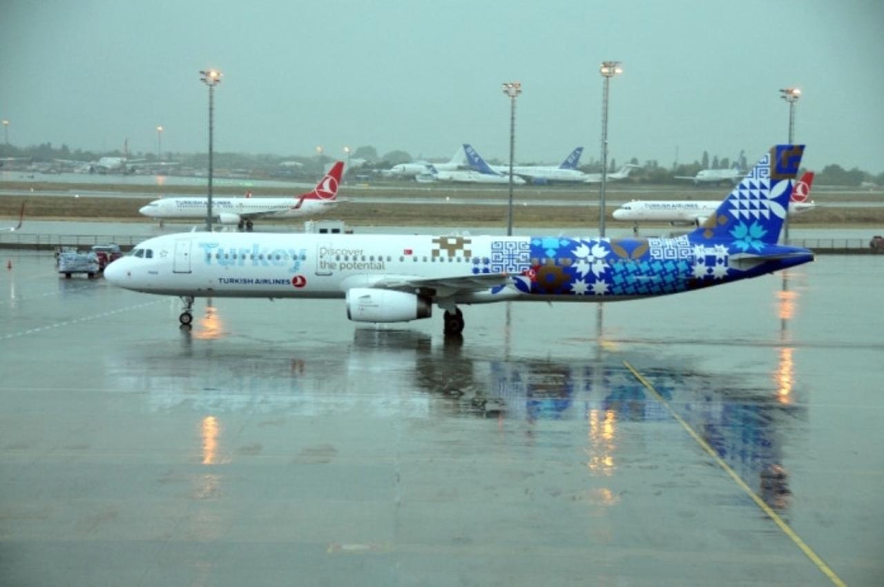 Sabiha Gökçen havalimanına yağmur engeli! Uçaklar iniş yapamadı