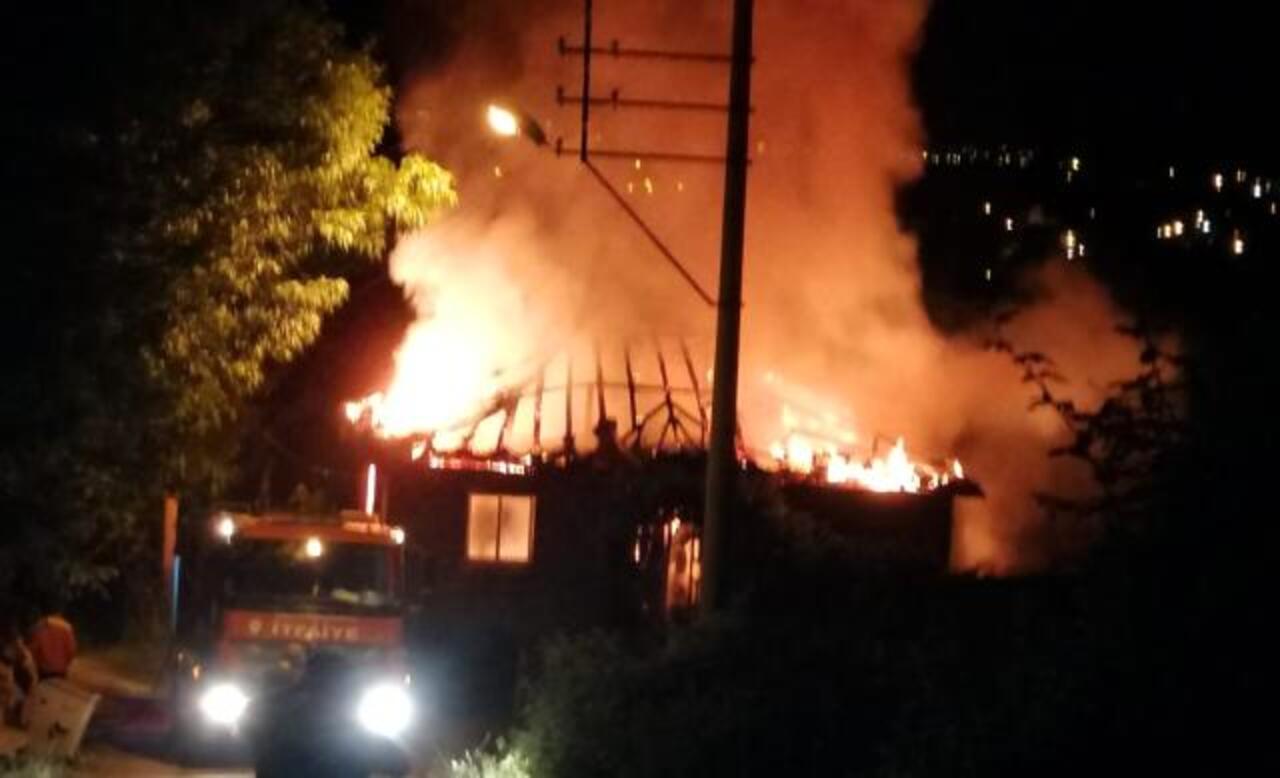 Samsun Alaçam'da 2 katlı ev yanarak kül oldu!