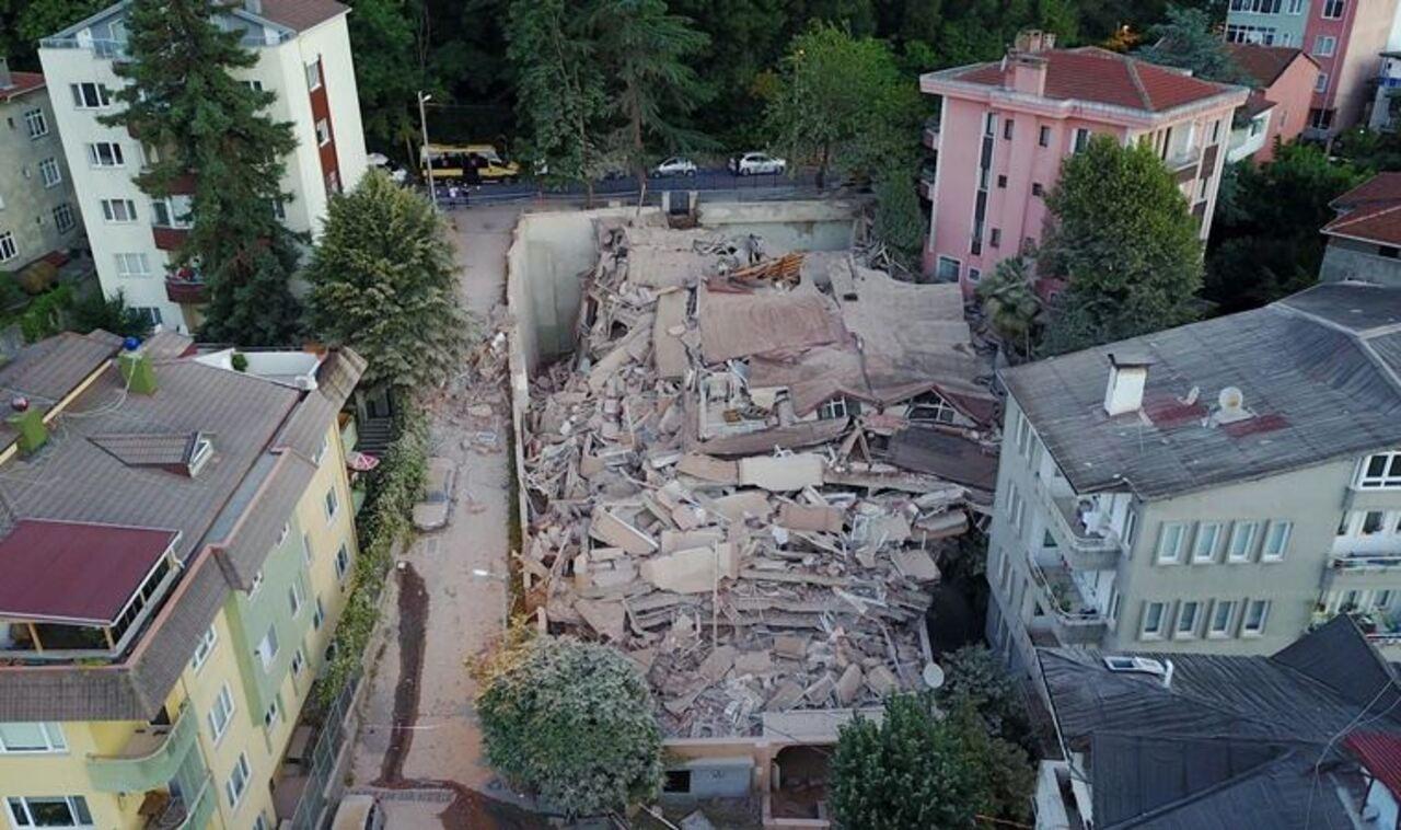 Sarıyer'de 2 yıl önce boşaltılan bina çöktü
