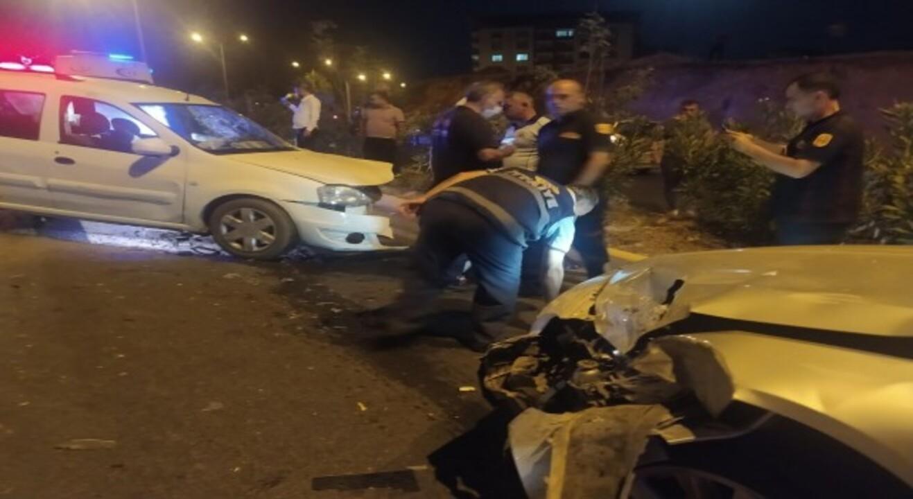 Siirt'te iki otomobil çarpıştı, 8 kişi yaralandı.
