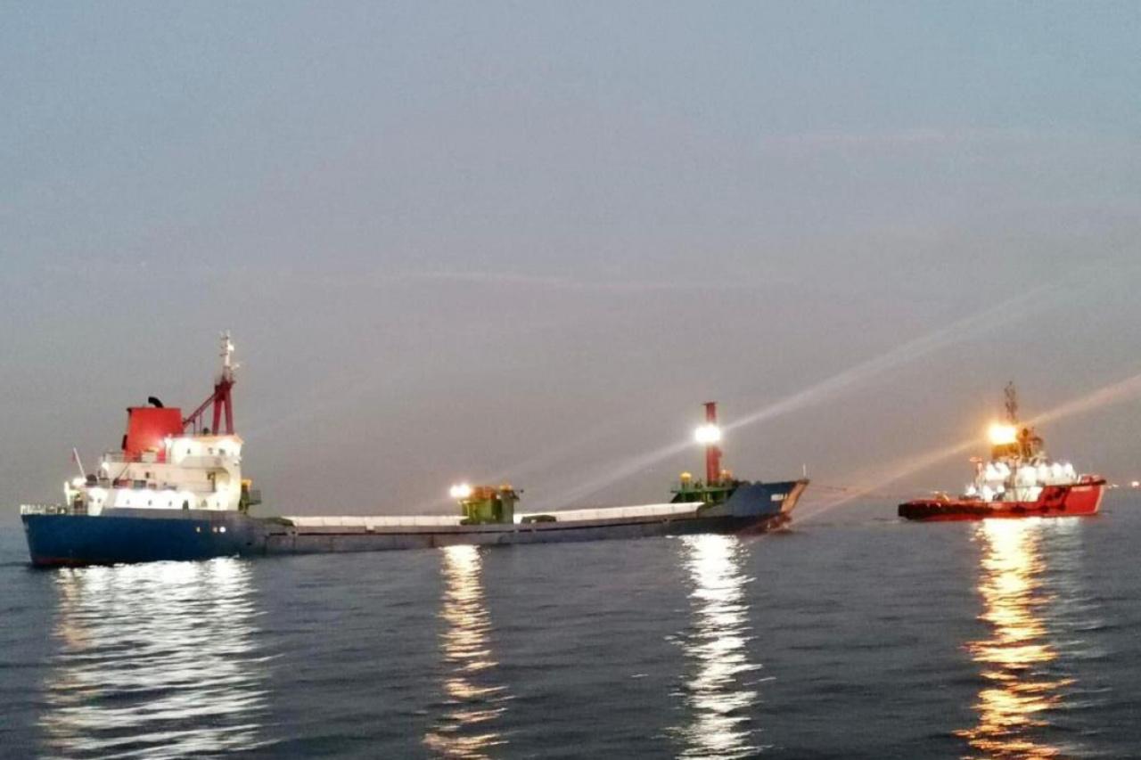 Sivriada açıklarında arıza yapan kuru yük gemisi Kıyı Emniyeti'nin çabalarıyla kurtarıldı