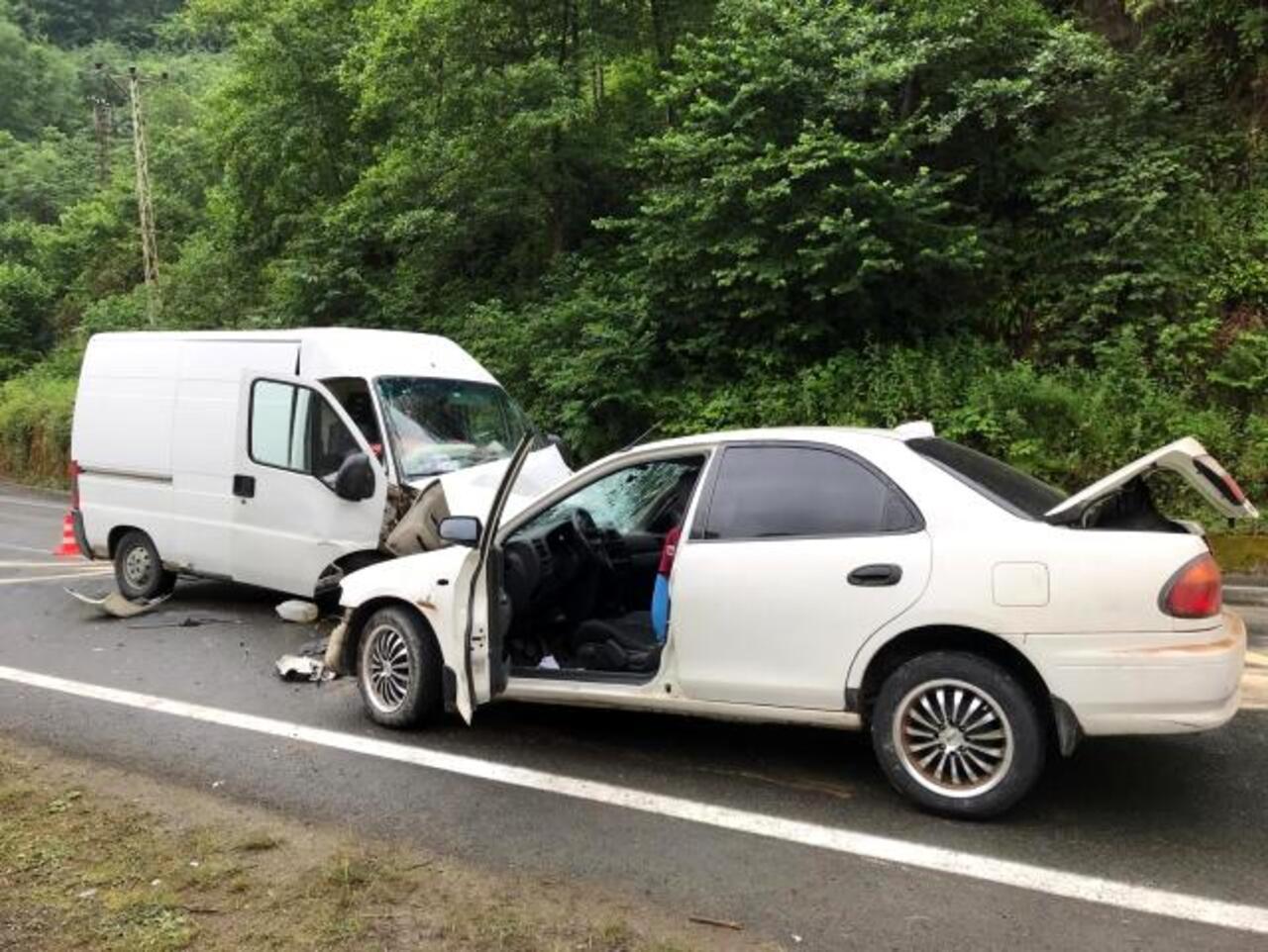 Trabzon'da otomobil minibüsle çarpıştı: 1 ölü, 1 yaralı