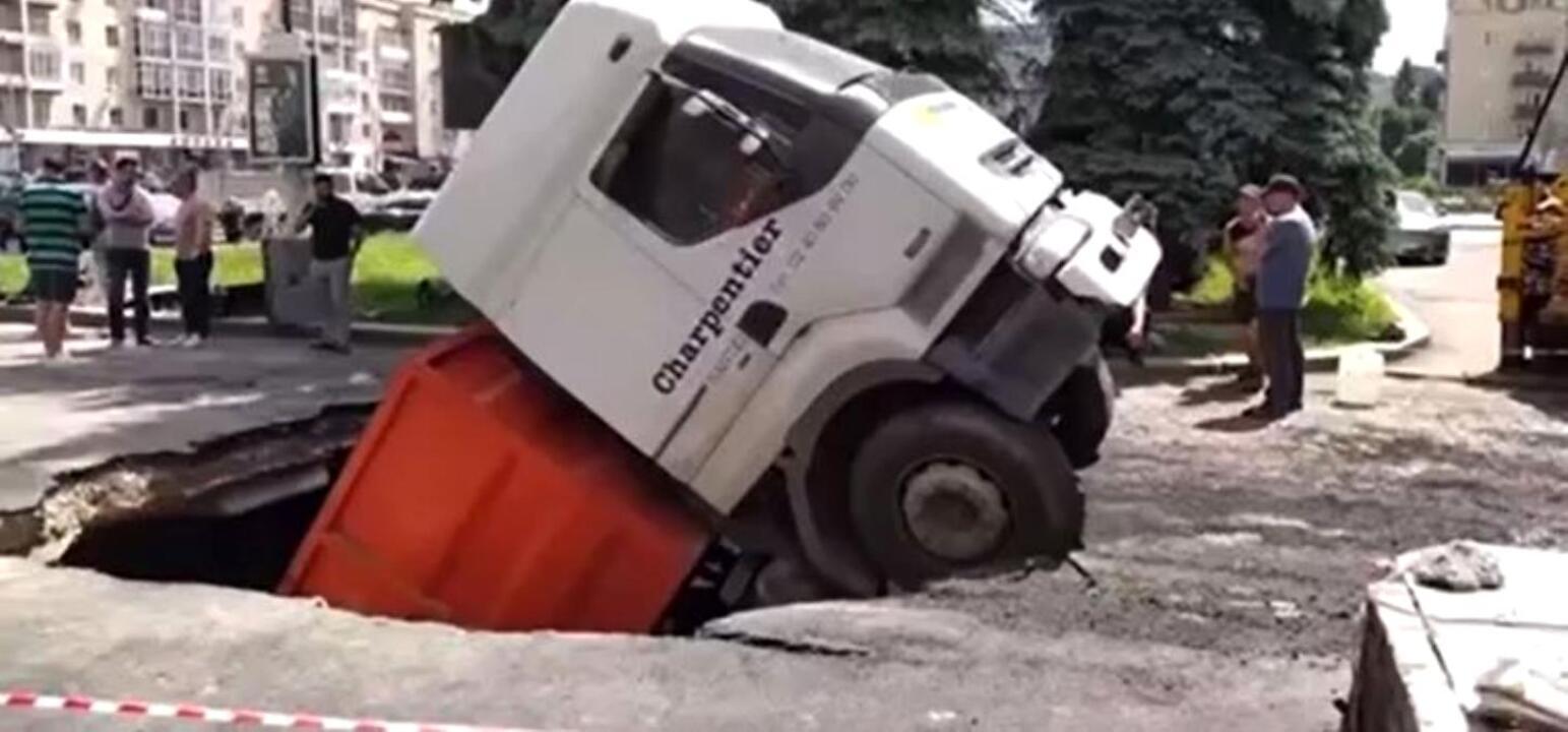 Ukrayna'da asfaltın çökmesiyle kamyon çukura düştü