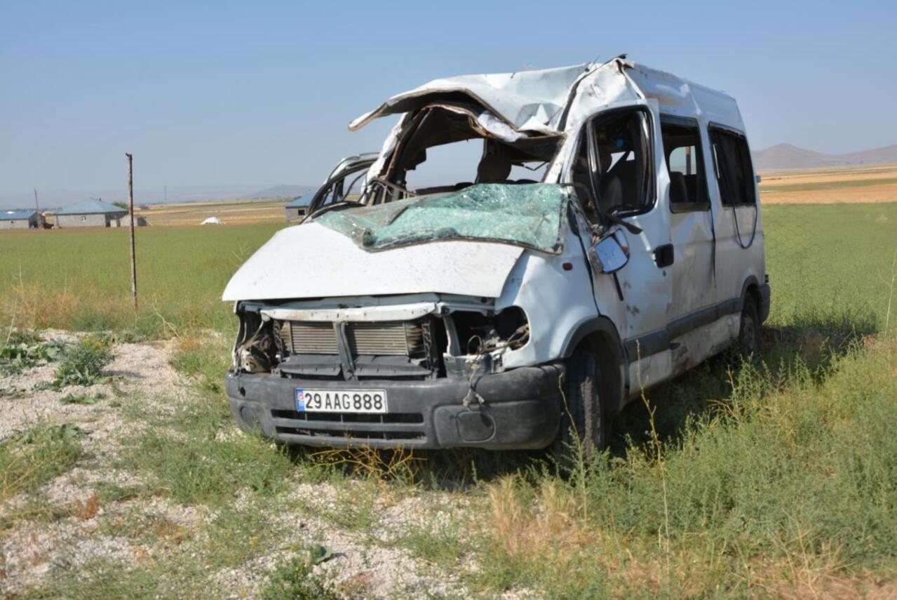 Ağrı'da minibüs refüje çarpıp takla attı: 3 ölü, 14 yaralı