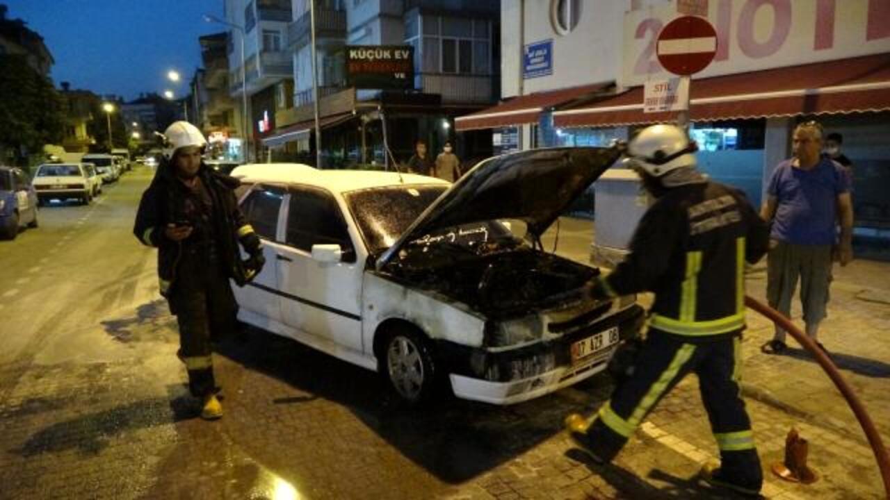 Antalya'da hareket halindeki otomobil bir anda alev aldı