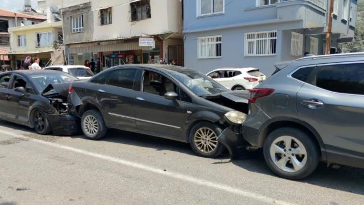 Hatay'da zincirleme kaza: 4 otomobil çarpıştı