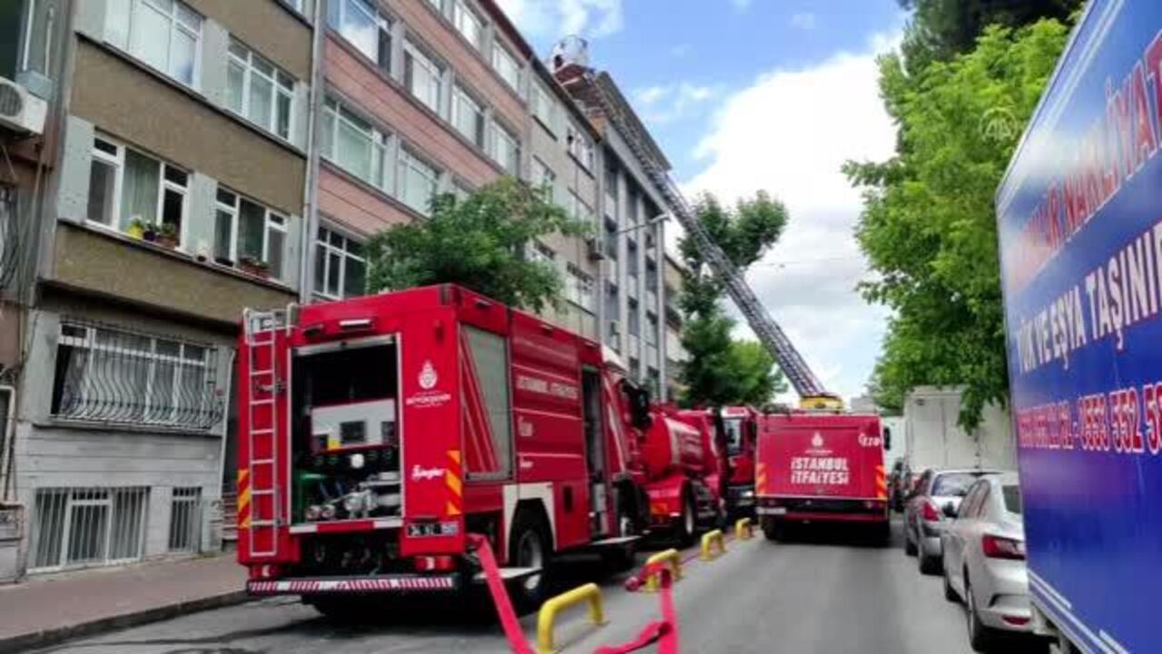 İstanbul'da Fatih'te 6 katlı binanın çatısında yangın çıktı