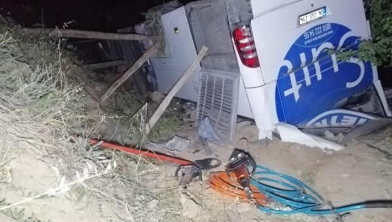 Malatya'da kaza yapan otobüsten kaçan Afgan göçmenler bahçede saklanırken yakalandı