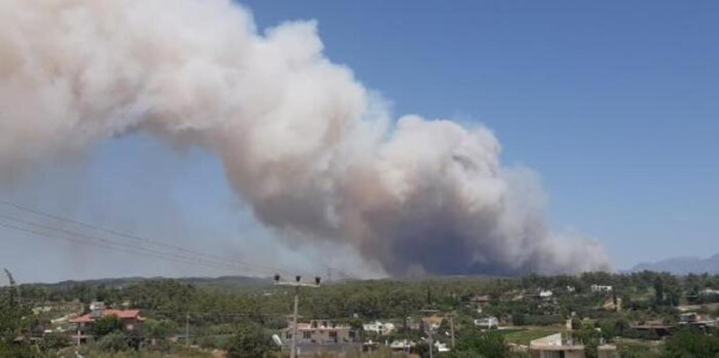 Manavgat'ta çıkan yangın şehir merkezine ulaştı! Vatandaşlar su şişeleriyle yangına müdahale ediyor