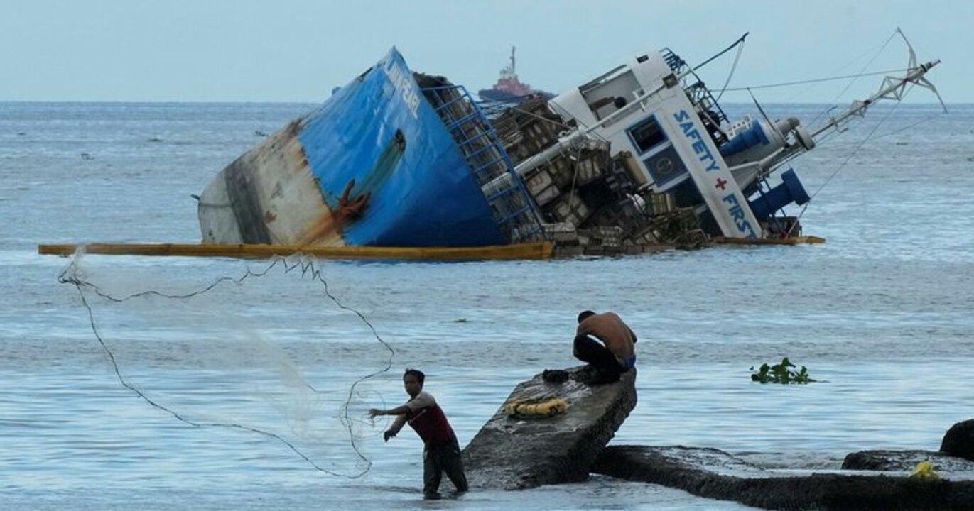 Manila Körfezi'nde Kargo gemisi battı