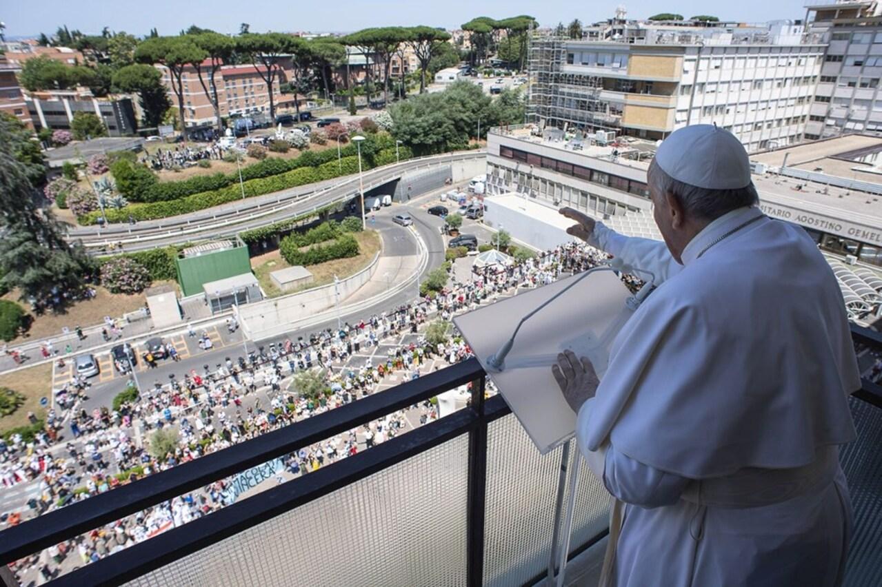 Papa, geçirdiği ameliyat sonrası ilk defa kameralar karşısına geçti