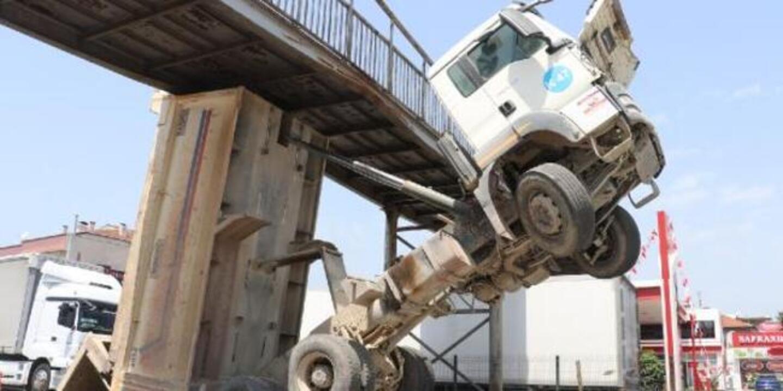 Yalova'da bir anda damperi açılan kamyon üst geçide sıkıştı