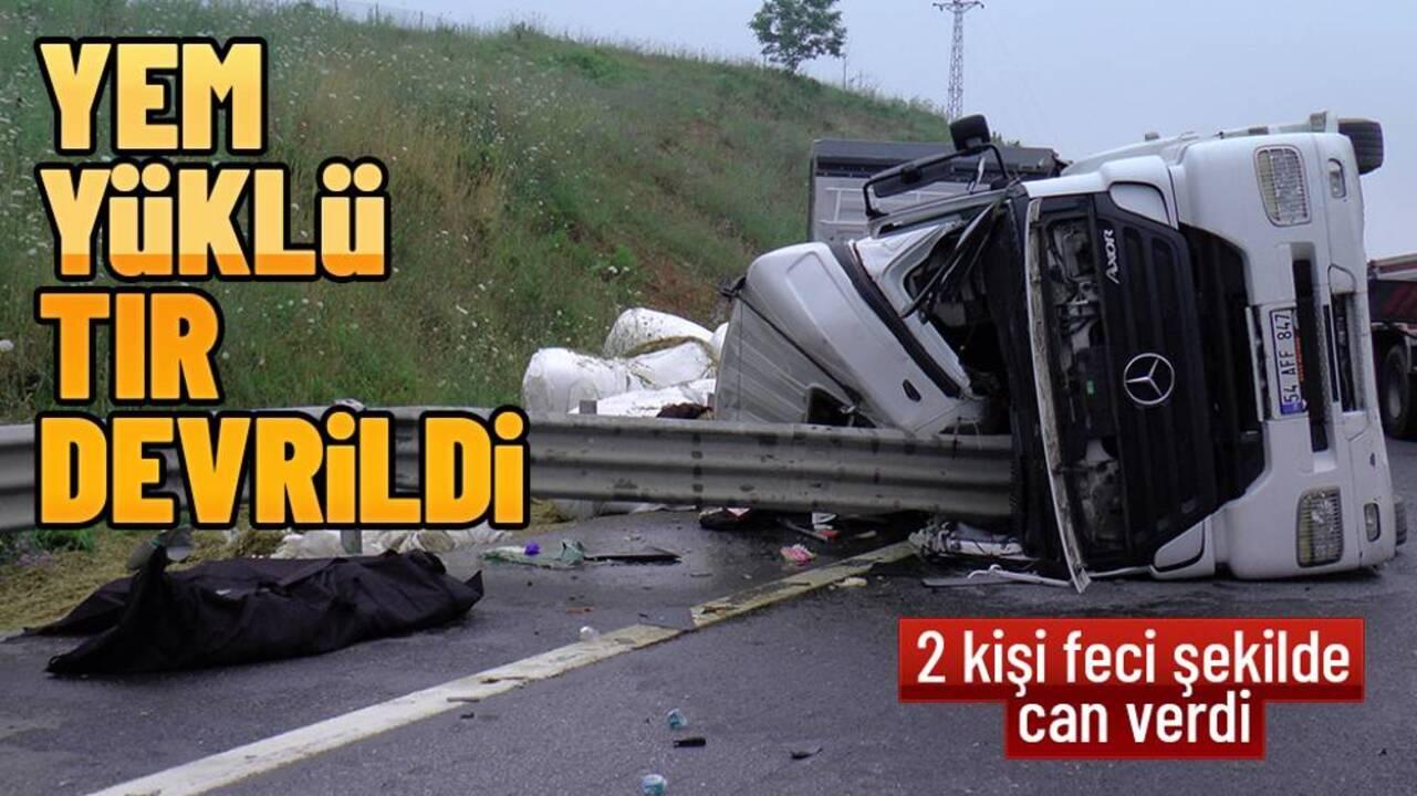 Yem yüklü TIR Otoyolun ortasında devrildi! Kazada 2 kişi öldü..
