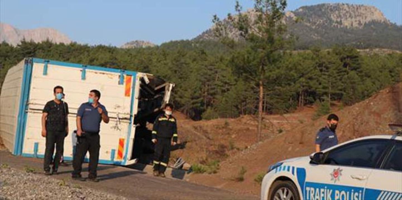 Adana'da feci kaza! Beton bariyere çarpan kamyondaki 4 kişi can verdi