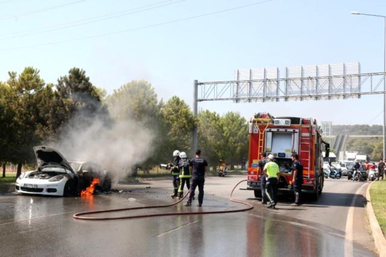 Antalya'da 1 buçuk milyon lira değerindeki lüks otomobil alev aldı