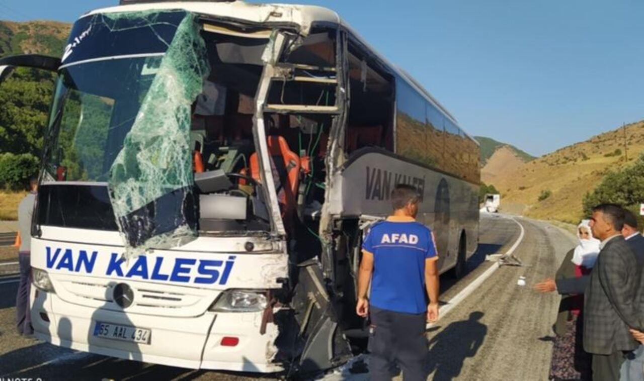 Bitlis'te yolcu otobüsü ile TIR çarpıştı: 1'i ağır 3 yaralı